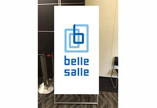 立て看板:会場入り口での案内などに非常に有用な自立脚付の看板です。