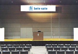 吊看板 :式典・シンポジウム・コンサート・セミナーなどのシーンで利用できる看板です。